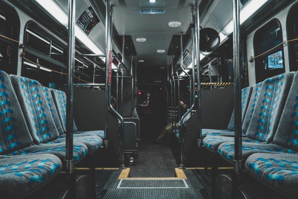 3兆円資産の大富豪イングバル・カンプラド氏は、エコノミークラス・バスを利用する。