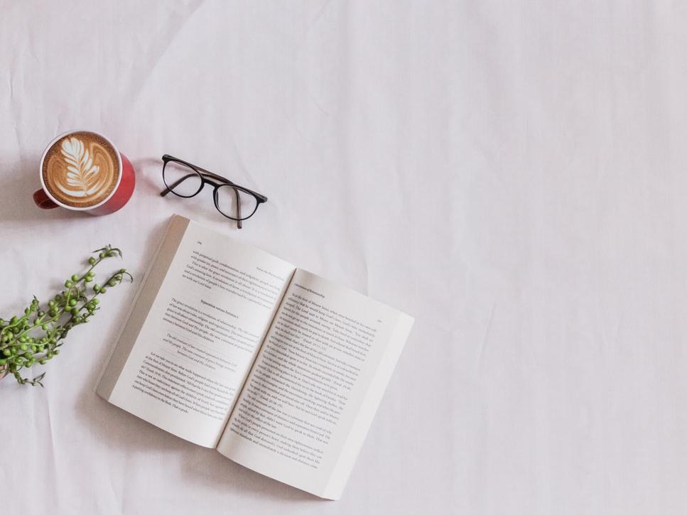 読書をした方が自分のためになるので、おすすめ本と読書方法を紹介します。